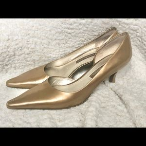 Bandolino gold leather kitten heel pumps size 7.5